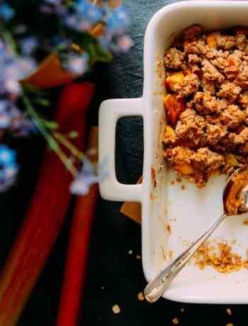 Rhabarber-Mango Crumble mit Haferflocken