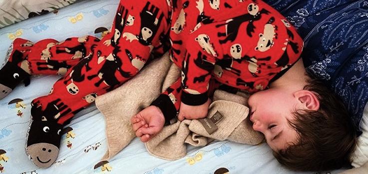 ¿Porqué sudan algunos niños al dormirse?