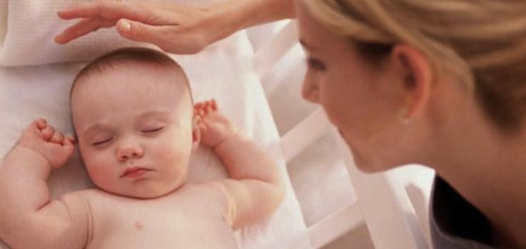 Enseñar a un bebé a dormir sin dejarlo llorar es posible.