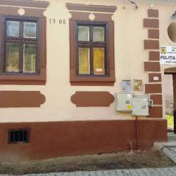 Ighisul Nou are sediu pentru Politia Locala, farmacie, cabinet de medicina de familie si birou posta