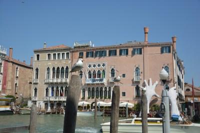 Canal grande con Lorenzo Quinn che omaggia la Biennale di Venezia