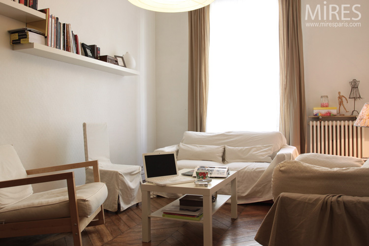 un petit salon tout en beige et blanc