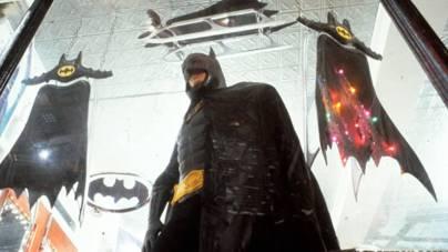 Малоизвестный факт: в продолжении «Бэтмена» должен был появиться... бэт-магазин с атрибутикой. К счастью, его вырезали