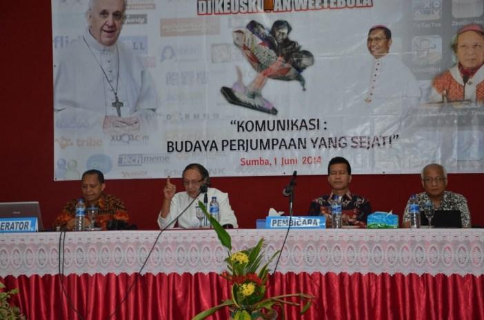 Pembicara dalam Seminar Komunikasi Budaya Perjumpaan yang Sejati (Dari Kanan Bapak Errol Jonathans, Norbertus Jegalus, Mgr. Petrus Turang, RD. Maxi un Bria)
