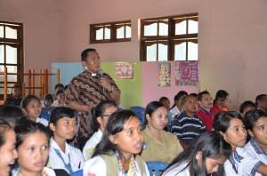 RD. Kamilus sedang menjelaskan dampak negatif narkoba bagi remaja dekenat Sumba Timur