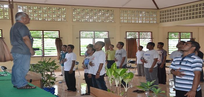 Errol Jonathans sedang memberikan latihan Senam Olah Vokal bagi peserta pelatihan Public Speaking dan Presentasi