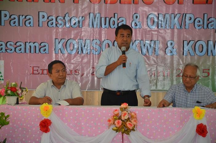 Vikjen Keuskupan Atambua, Dr. RD. Theo Asa (tengah) hadir memberikan peneguhan kepada peserta dan terima kasih kepada Komsos KWI dan Panitia lokal saat upacara penutupan workshop.