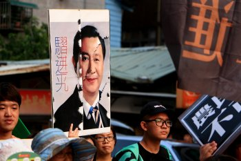 Taiwanese protesters protesting the Xi-Ma meeting hold up a morphed-portrait of the two world leaders. Photo credit to 陳柏蒼 via Flickr Creative Commons