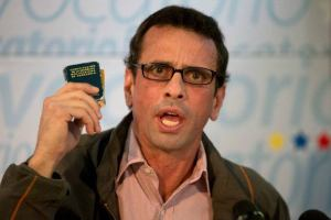 Henrique Capriles--leader of the MUD opposition--with the press (2016). Credits: Associated Press