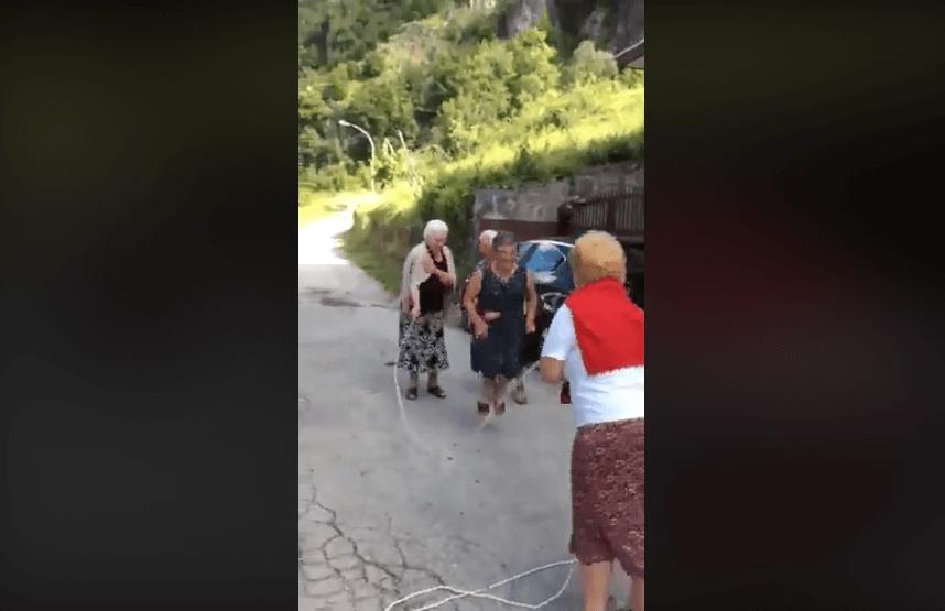 [VIDEO] Prijateljice preskaču uže bez straha zbog svojih godina