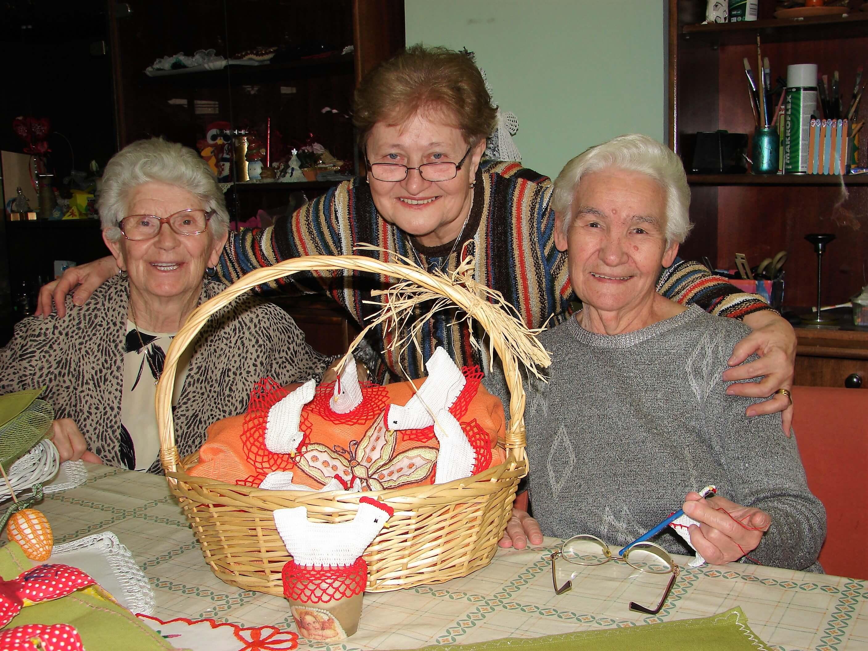 Dok izrađuju ukrase, naše umirovljenice prisjetile se uskrsnih običaja