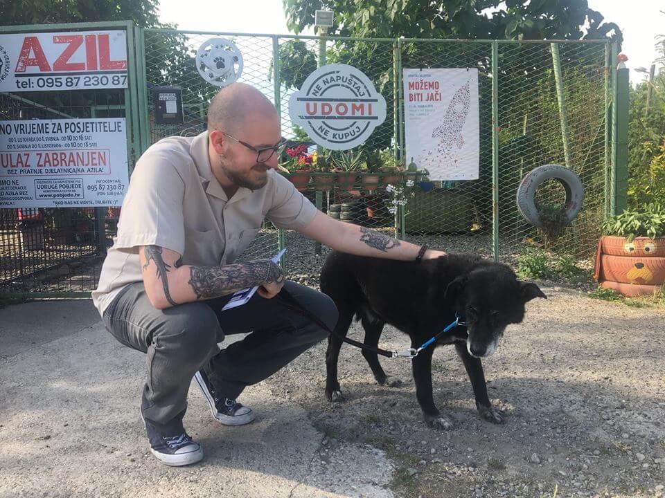 Predivna vijest iz Osijeka: Mladić udomio 'Dedu', najstarijeg psa iz azila