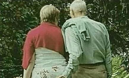 Stariji gospodin u šetnji sa suprugom spustio ruku malo niže od uobičajenog, oduševio internet