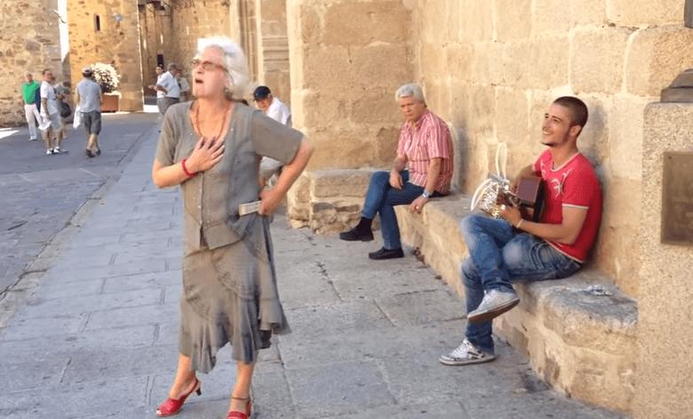 Baka ukrala nastup uličnom pjevaču i oduševila prolaznike svojim flamenco vještinama