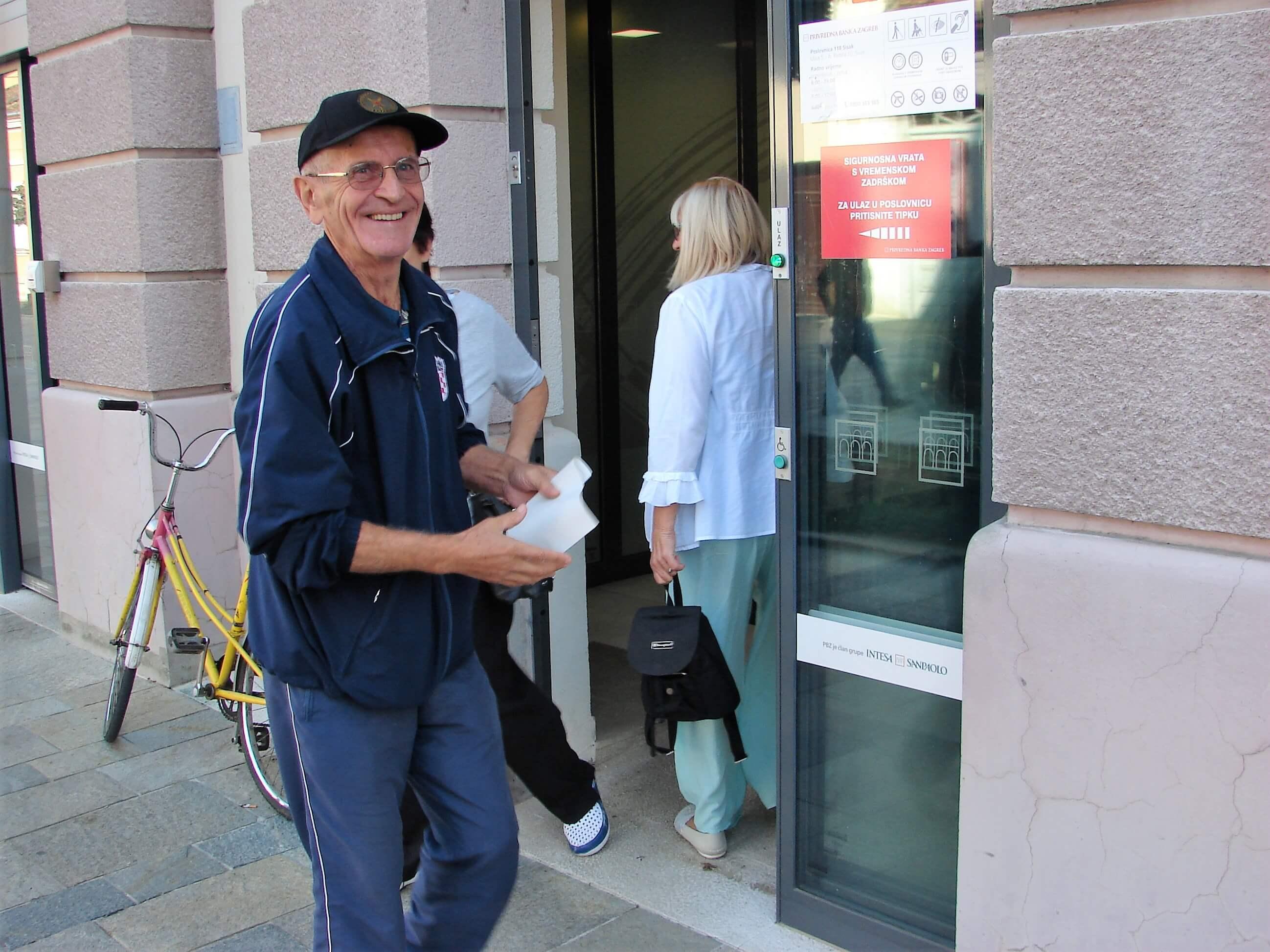 Umirovljenici stvaraju gužve pred bankama, HUB im poslao važnu poruku!