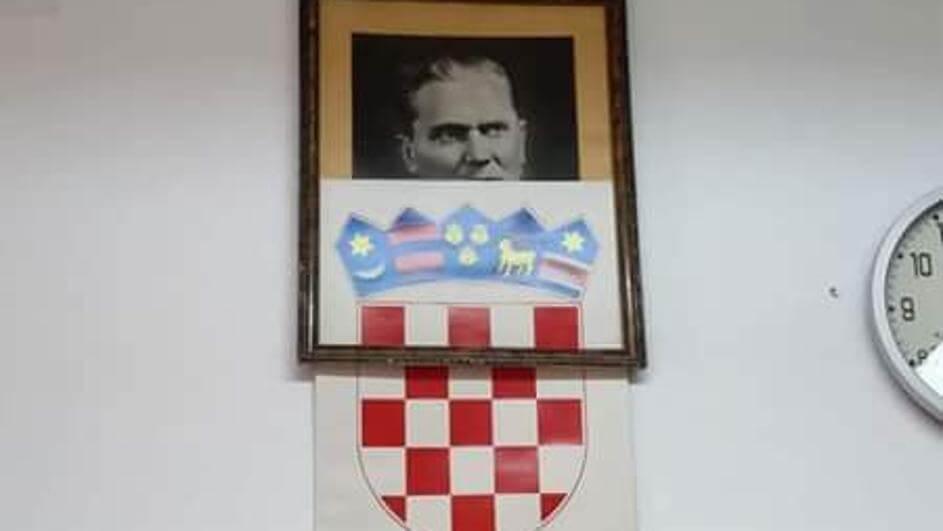 I poslije Tita Tito: Okvir u riječkoj srednjoj školi popustio, a iza hrvatskog grba izvirilo poznato lice