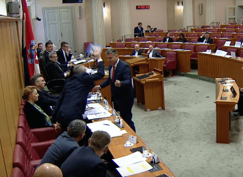 [VIDEO] Je li ovakvo ponašanje normalno? Ministar divljački reagirao na ironičan poklon SDP-ovca