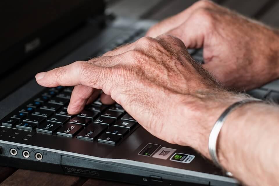 Starijih sve više, a mladi bježe: Facebook polako postaje dom za starije