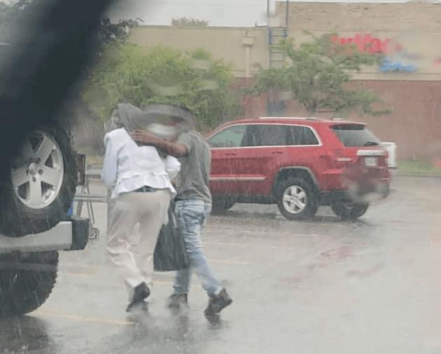 Policajac snimio zanimljiv prizor tinejđera i starice na kiši, osobno mu čestitao