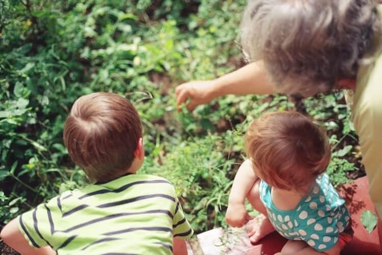 Roditelji ostavili djecu, djevojčica je otišla živjeti kod bake, a dječaku je pomogao djed