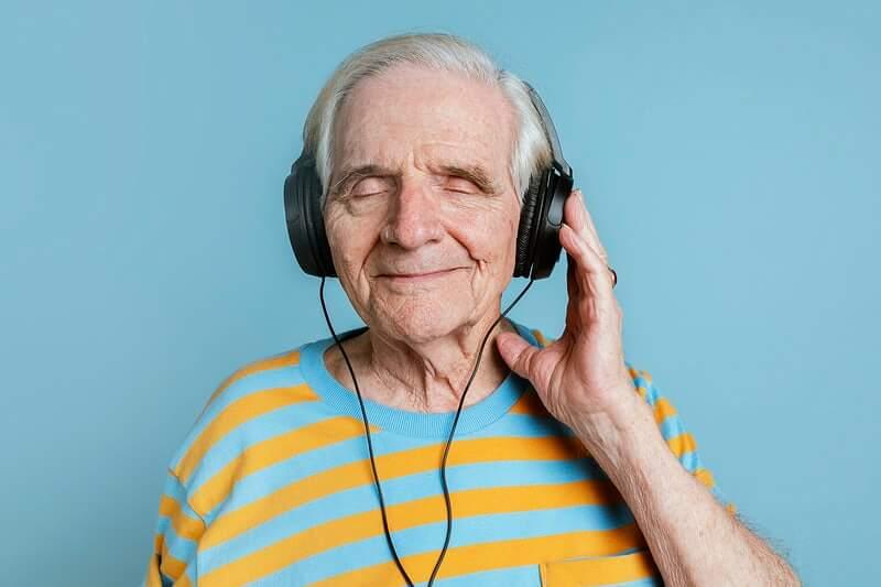 Nemaju pametnijeg posla: Sud kaznio djedicu (84) jer je glasno slušao muziku