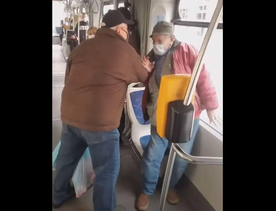 """[VIDEO] Umirovljenik u tramvaju napao drugog umirovljenika jer je """"krivo nosio masku"""""""