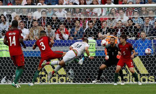 Javier Hernandez scores for Mexico