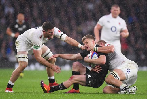 Damian McKenzie of New Zealand All Blacks is attacked by Brad Shields of England and Sam Underhill of England