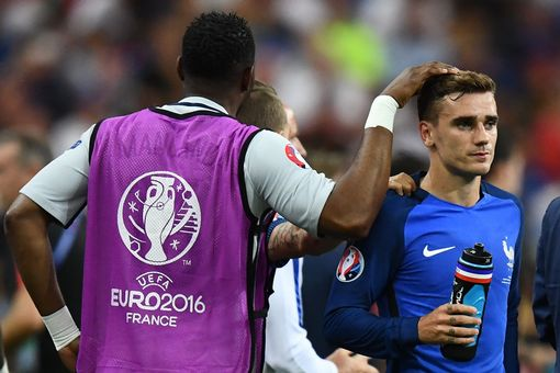 Antoine Griezmann drinks water