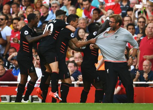 Sadio Mane of Liverpool and team mates celebrate his goal with Jurgen Klopp