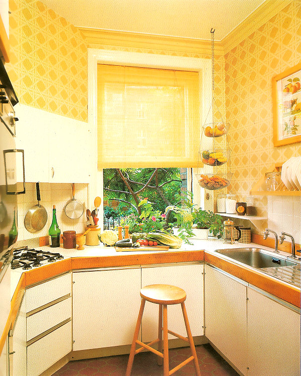 An '80s kitchen with lattice wallpaper