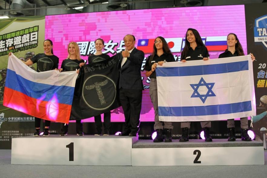 2018國際迷彩嘉年華4國女兵競賽由俄羅斯隊(左)奪冠,玩具槍協會理事長廖英熙(中)頒贈獎盃。(主辦單位提供)
