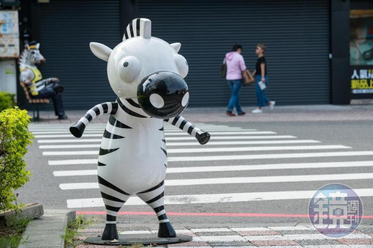 屏東市慈鳳宮前的T字型路口,不只有斑馬叔叔還有小斑馬。