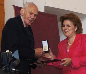 Peter Sourian receives a gold medal from Hasmik Poghosyan, Armenian minister of culture