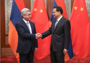 President Serge Sargisian, left, with Chinese Premier Le Keqiang