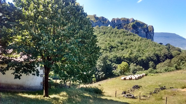 Ventan de los Gentiles desde la ermita de Aitziber en Urdiain