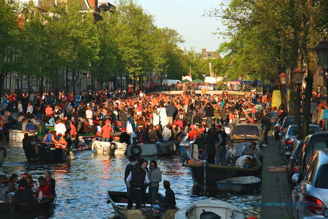Opstopping van tientallen sloepjes voor een brug in de Amsterdamse grachten tijdens Koninginnedag 2010