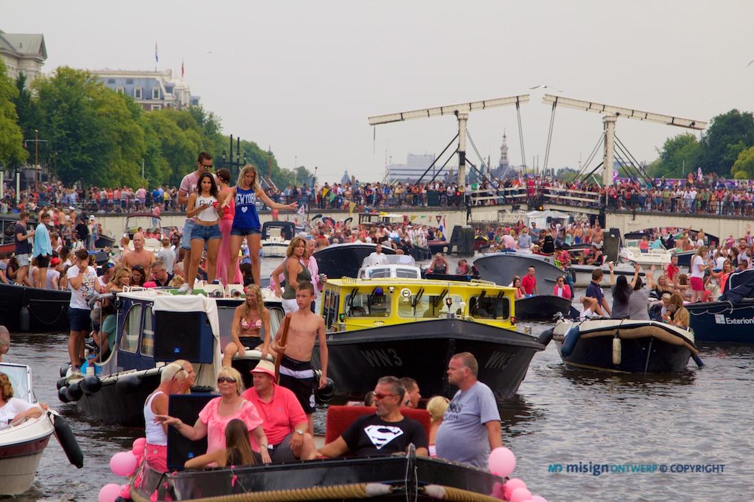 Enorme drukte op de Amstel bij de Magere brug tijdens de Canal Pride van de Gayparade 2014 in Amsterdam.