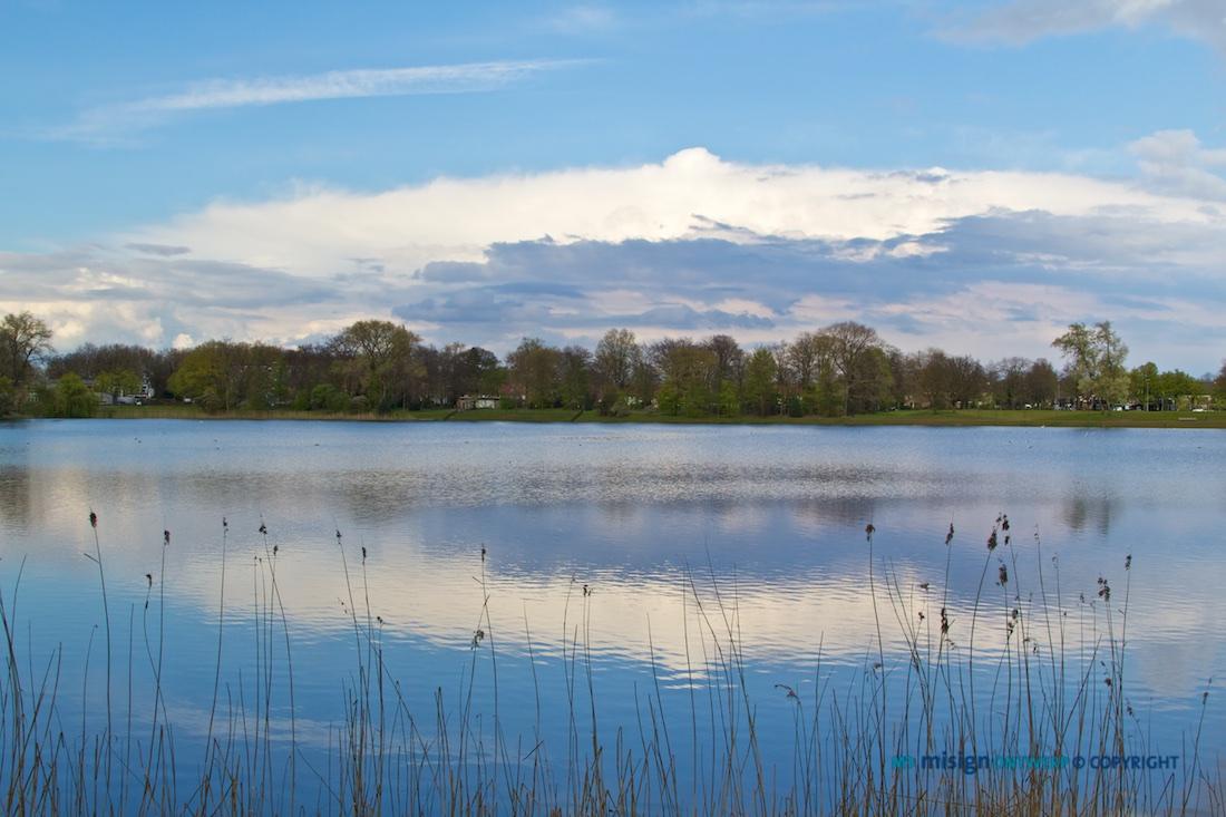 Mooie wolkenpartij boven het meer, De IJzeren vrouw aan het Prins Henderikpark in Den Bosch