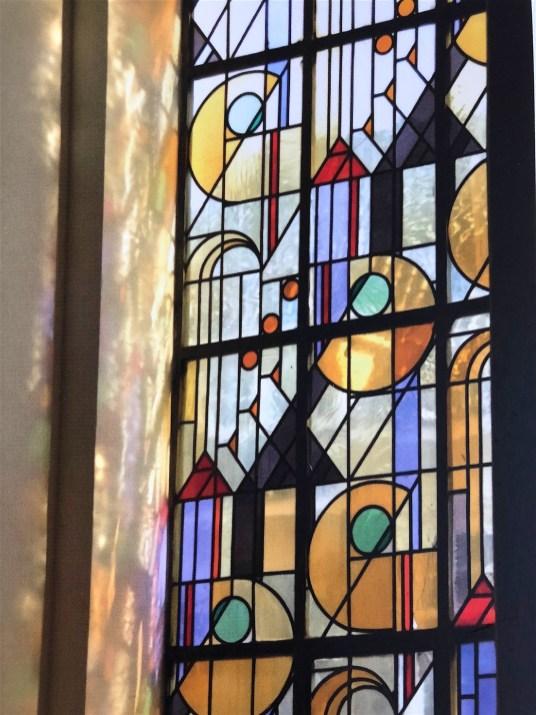 Stad als decor: glas-in-lood verwerkt in een blouse