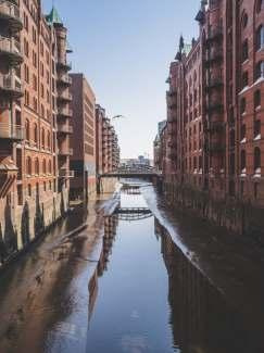 Kanal umgeben von Stadtgebäuden