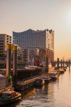 Schiffe am Dock an der Elbe
