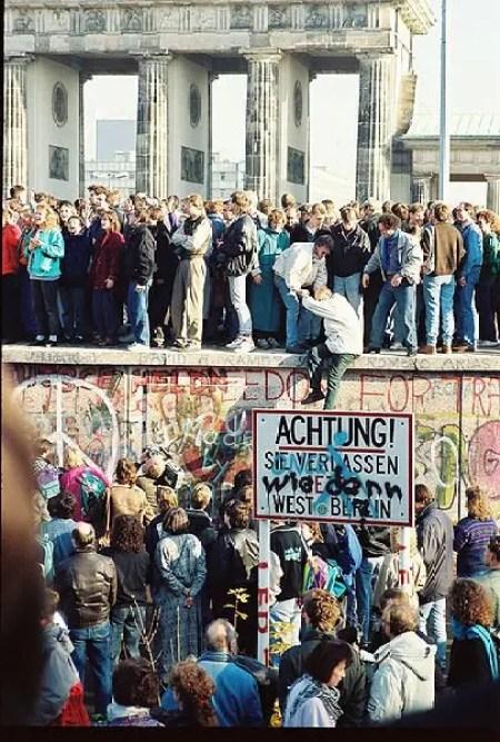 BerlinWall-BrandenburgGate-1989-Nov-09