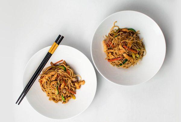 Noodles chow mein de pollo