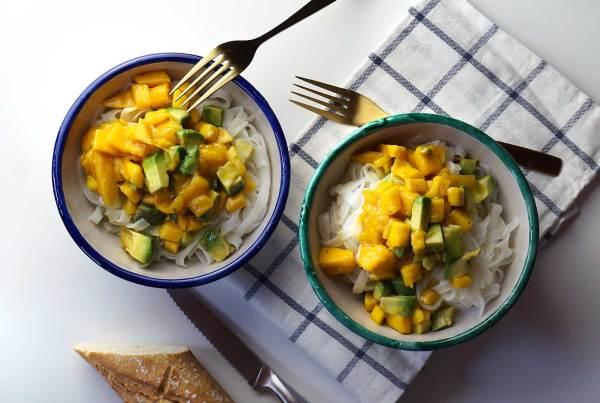 Ensalada de fideos de arroz, mango y aguacate