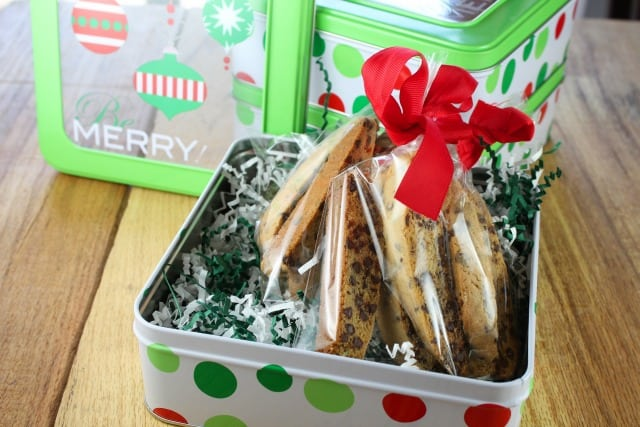 Gifts do not have to be expensive but it is important that they are thoughtful. Making homemade goodies and placing them in pretty packages for family and friends is one of my favorite parts of the holidays.