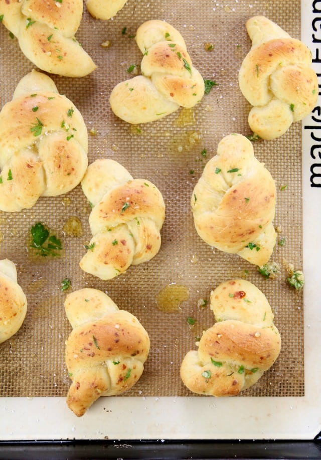 White Cheddar Garlic Knots ~ a delicious appetizer or side for any meal! Recipe from Miss in the Kitchen