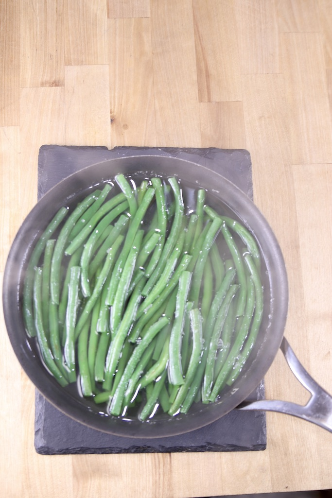 Cooking green beans in boiling water