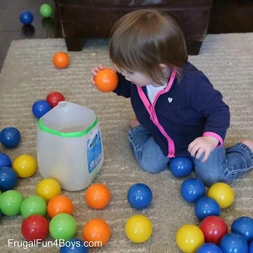 Kleinkind Spiele mit Ball