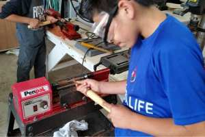Students at Fundaninos learning to woodworking skills